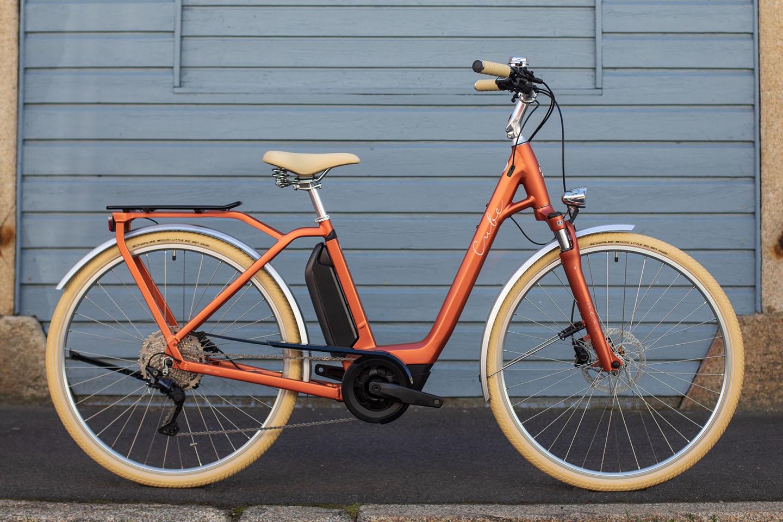https://w8w5m3f8.stackpathcdn.com/21762/cube-ella-ride-hybrid-rednwhite-easy-entry-cm.jpg
