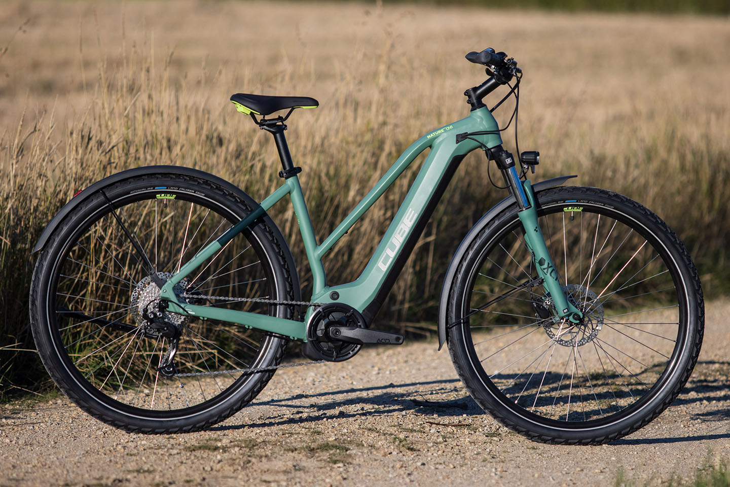 https://w8w5m3f8.stackpathcdn.com/22484/vtc-electrique-cube-nature-hybrid-one-allroad-500-ou-625wh-cadre-mixte.jpg